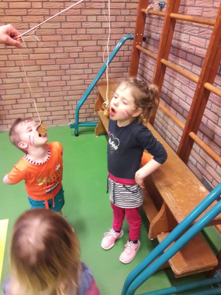 Koekhappen bij de Koningsspelen. Kindergym. Sportvereniging Bierum
