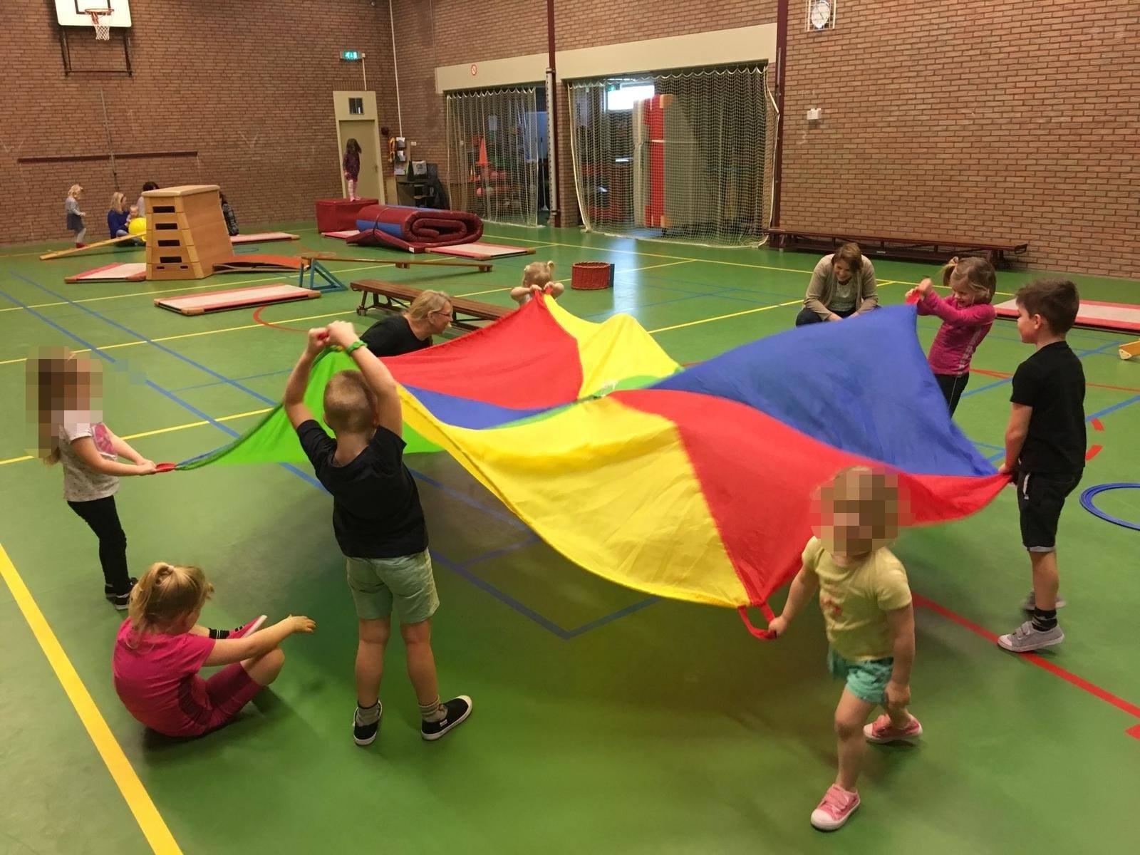 Spelen met de parachute bij kindergym - Sportvereniging Bierum